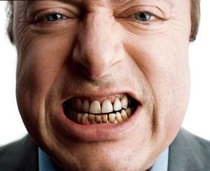 Почему появляется черный налет на зубах
