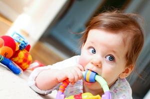 Основные признаки прорезывания первых зубов у грудничка